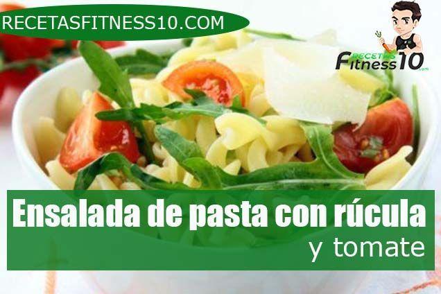 Ensalada de pasta con rúcula y tomate